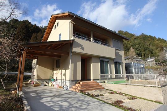 夫婦と子ども3人で生活することを考えて建てた家です。 木造で瓦屋根という伝統的な日本家屋の造りですが、玄関まわりは洋風にかわいらしく仕上げました。帰るのが楽しみになるような家を目指しました。