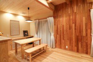 ダイニングの梁、壁、天井、壁すべて手刻みの木に囲まれた空間